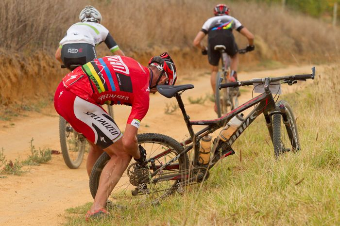 Conrad Stoltz Caveman Specialized PicknPayCapeArgusMTBChallenge2014 GregBeadle puncture